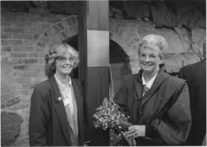 Den 9/9 1994: Lena Frykman och Ann-Cathrine Haglund vid skylt som visar att Ringugnen är återinvigd. Foto: Pernilla Nilsson, Skånska Dagbladet