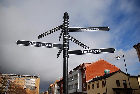 Skylten vid Nya Torg, som pekar mot bl.a. Kulturhuset Anders, Turistbyrån, kommunhuset och stationen, har Försköningsöfreningen låtit uppföra.